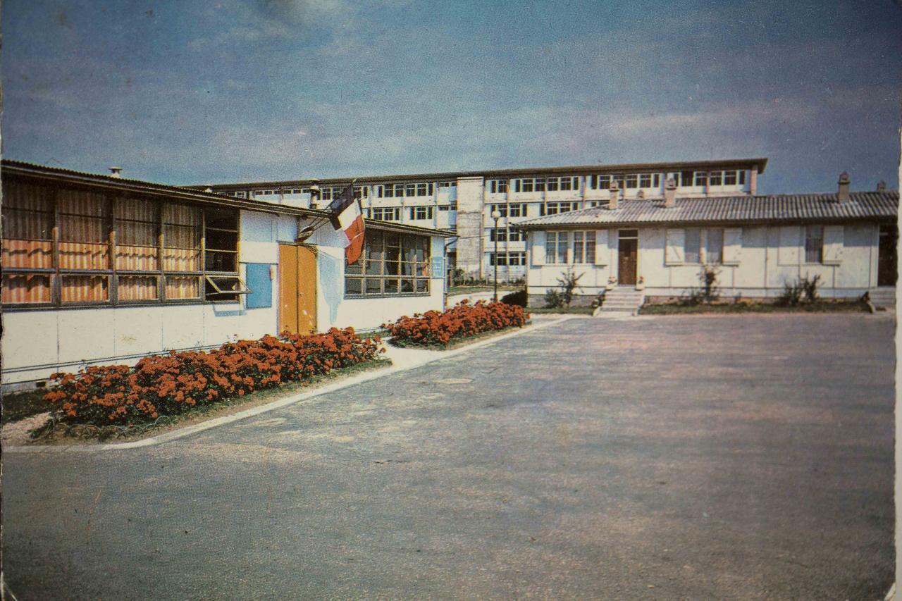 Carte postale de notre lycée dans les années 70.