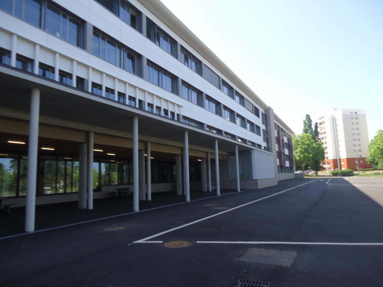 Construit pour remplacer les baraquements, le bâtiment a bien changé!