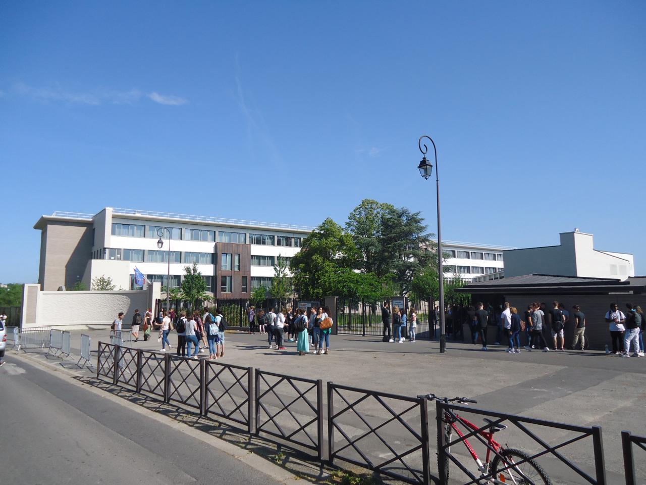 Entrée du Lycée. Bâtiments rénovés.
