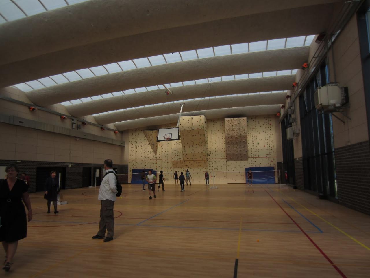 Le gymnase magnifique avec un mur d'escalade au fond!