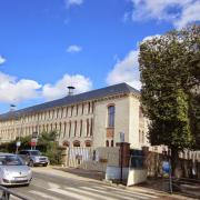 Lycée Lakanal, face au Château.