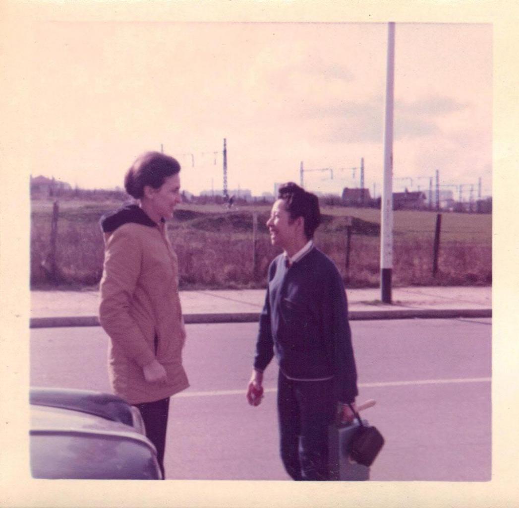 Devant le Lycée. Mme Lomadzé en 1973
