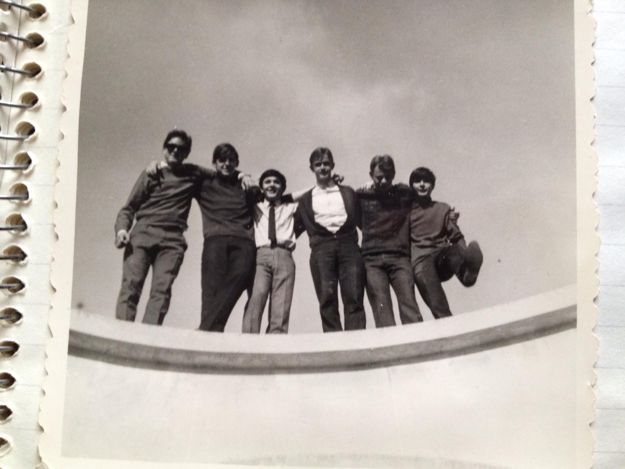 Six garçons sur le toit de l'Aumônerie!