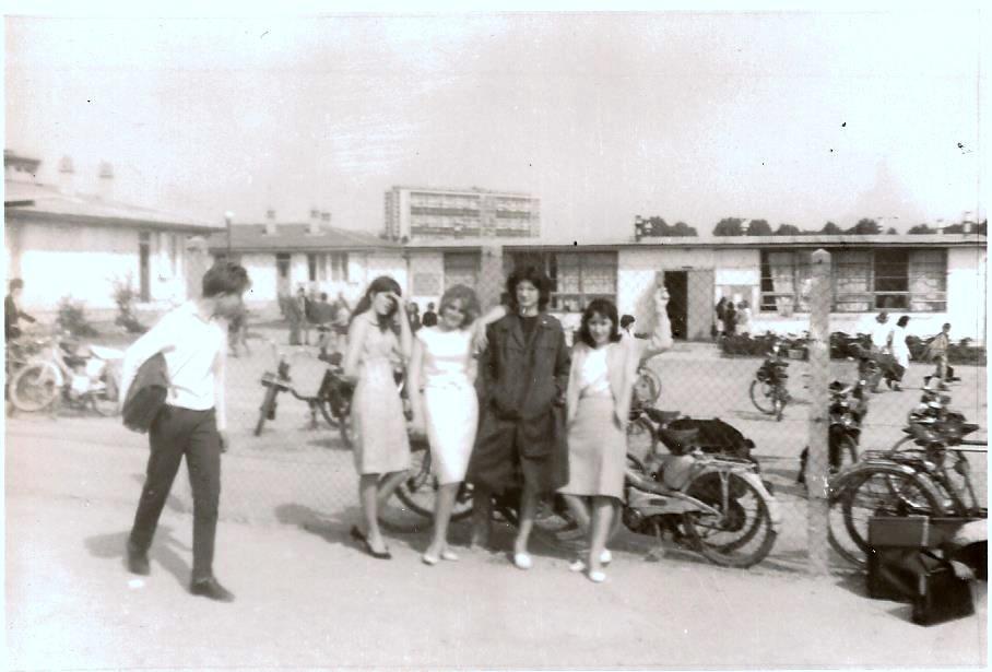 Devant le Lycée en 1964. Photo Yvette Sabbah.